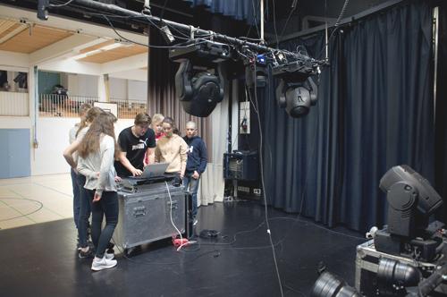 Musiikkiteknologiakerholaiset rakentavat lavatekniikkaa.