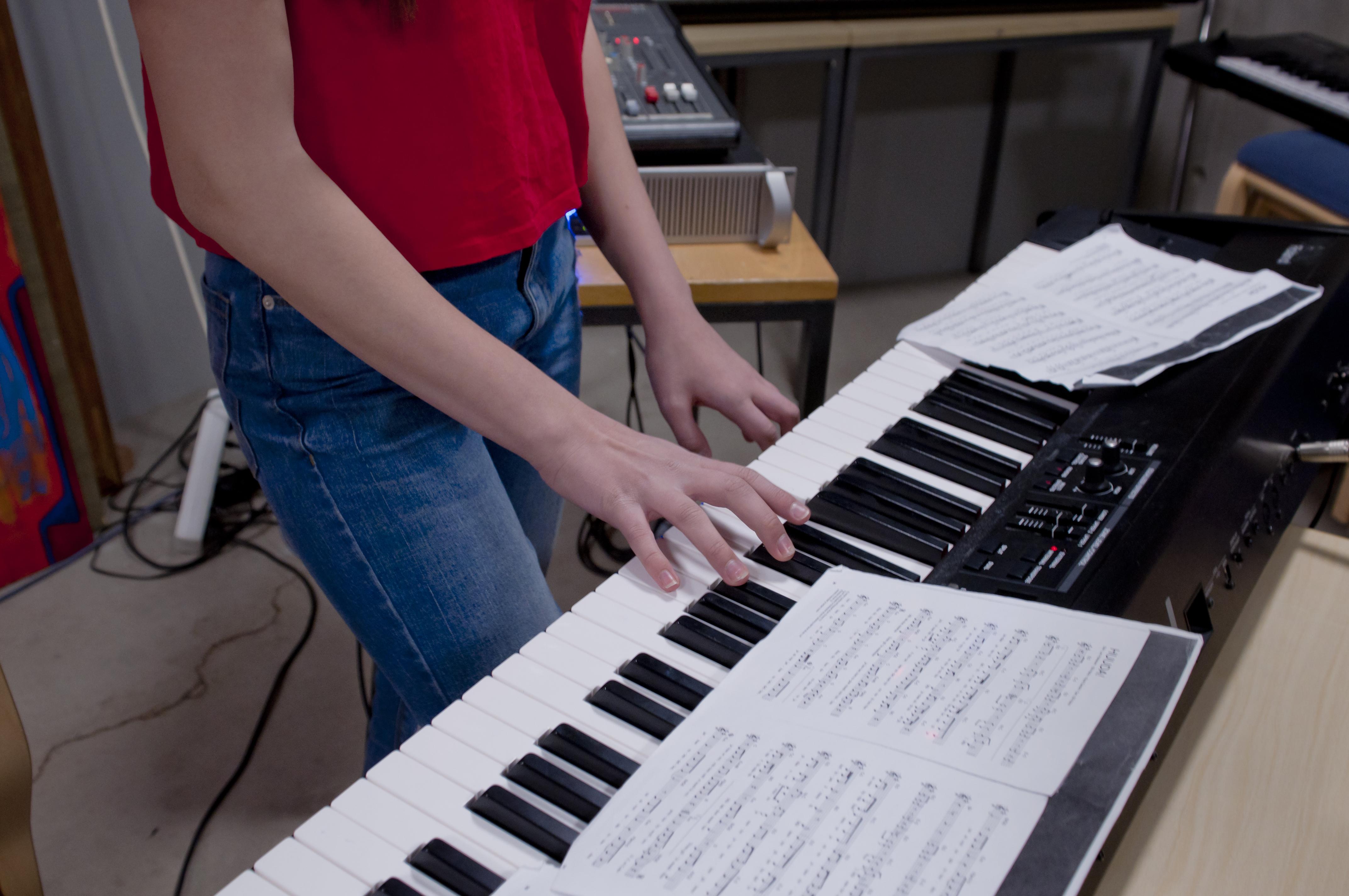 Musiikkiluokkalainen bändiharjoituksissa.