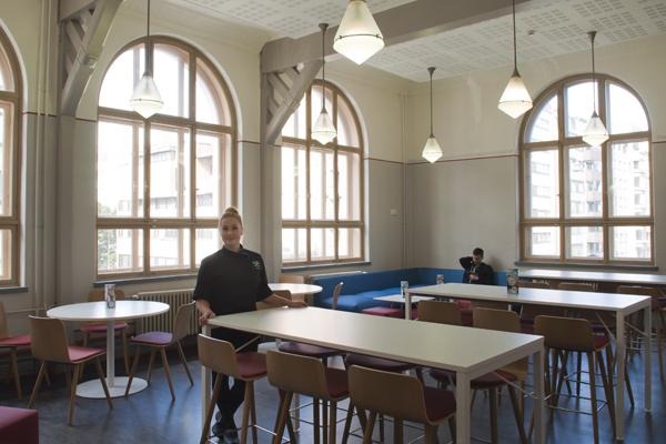 Kahvila Pikku-Ellin viihtyisät tilat Kansakoululla.