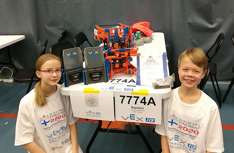 Räpsters-joukkueen edustajat Isa ja Aaku, sekä joukkueen rakentama robotti.